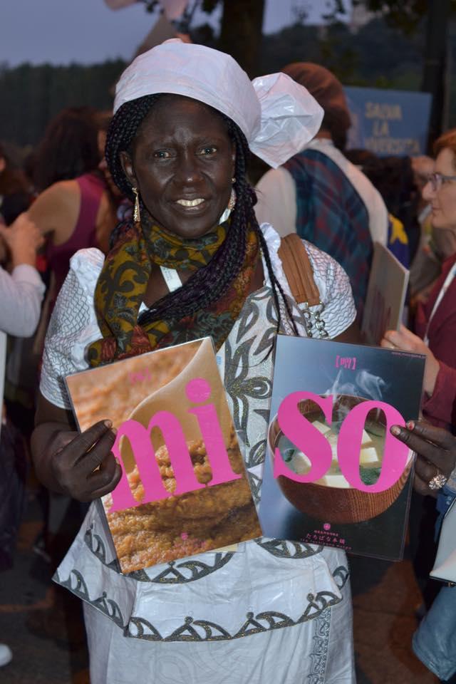 テッラマードレ記念イベントでトリノの中心を昨晩はパレードし、3日目に入りました。 いろいろな国籍の方がいりまじってコミュニケ―ション!!